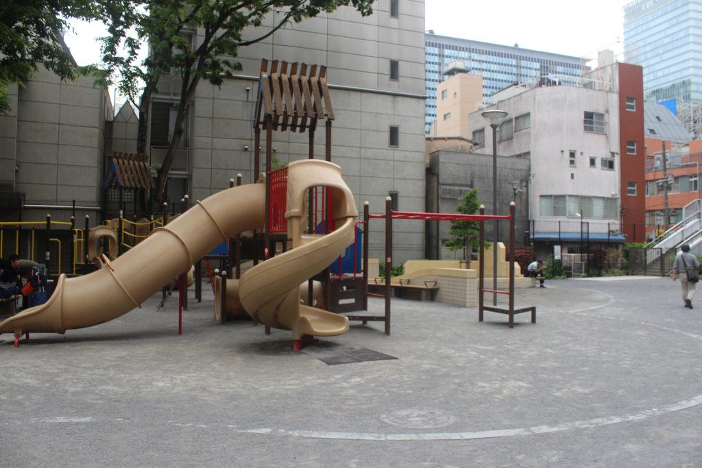 Le parc où Okabe et Kurisu discutent. Il a pas mal changé depuis, lui aussi.